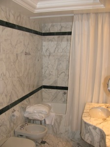 Carrara Marble bathroom - Hotel Albani Firenze