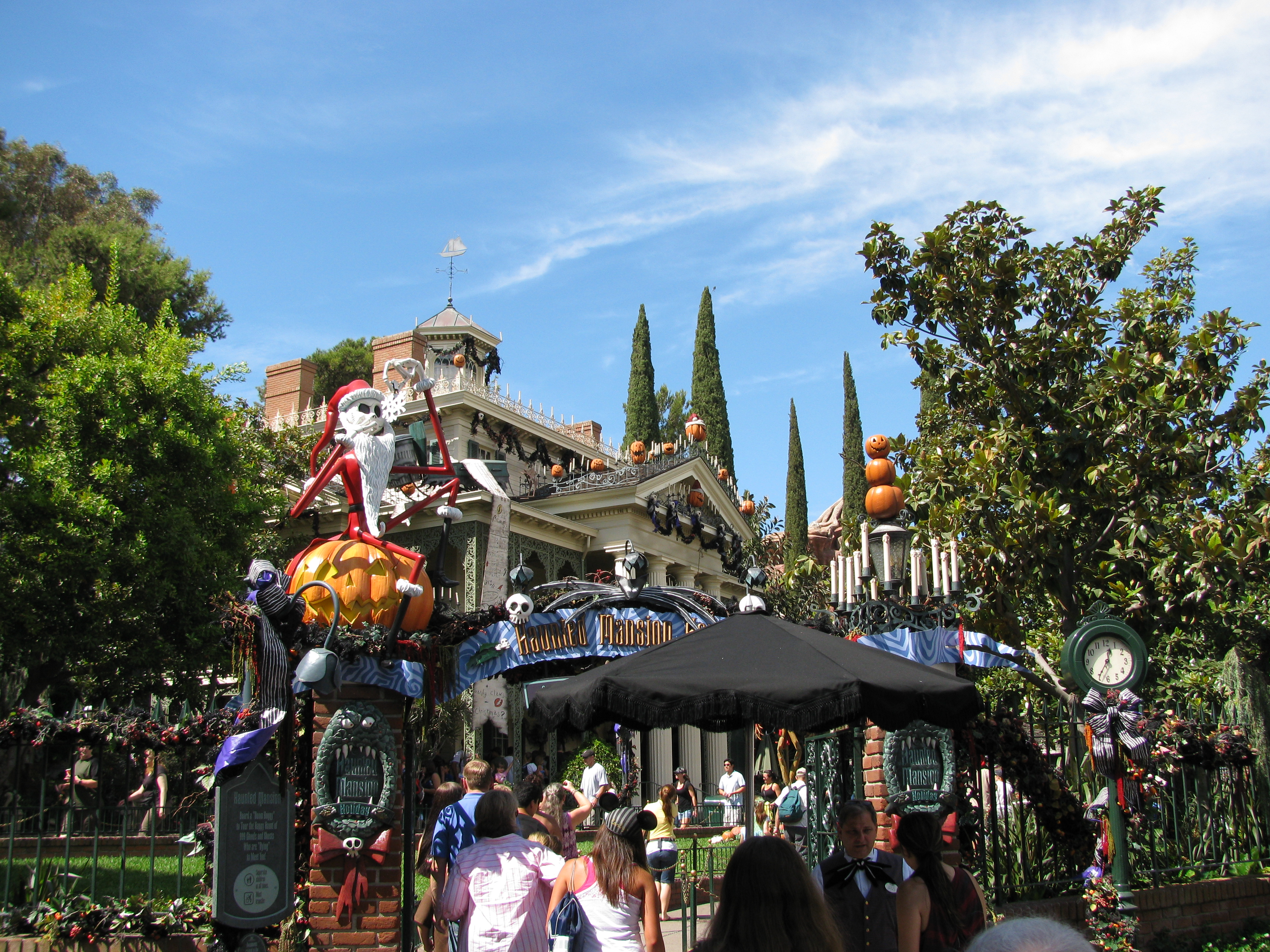 Halloween decorated mansion - The Haunted Mansion Was Fully Decorated